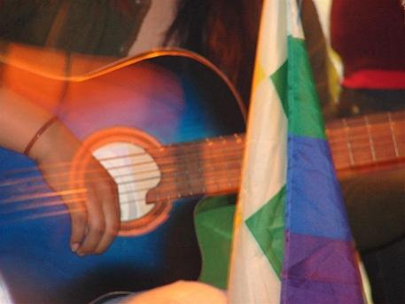 Maria tocando la guitarra a colores (Large)
