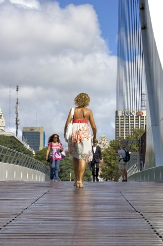 Mujer en el puente de la mujer