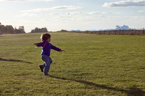Niño jugando al avión-1272