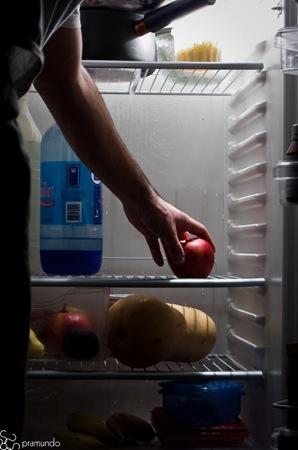 Agarrando una manzana de la heladera-2494