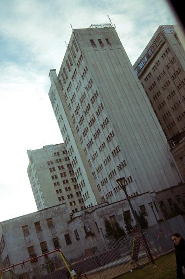 edificio y señora-3496