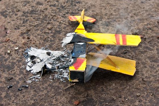 Avion prendido fuego-7542
