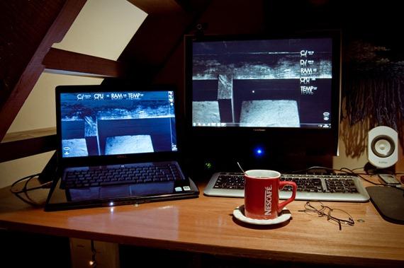 Escritorio con dos computadoras y una taza de café I-7920