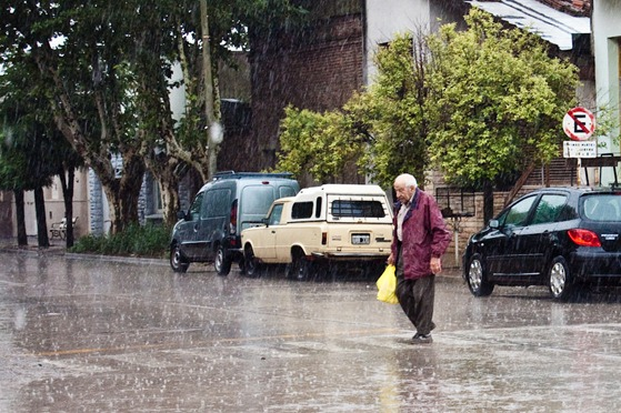 señor bajo la lluvia con bolsa amarilla-7604