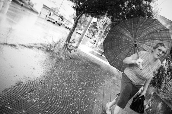 señora con paraguas-7610