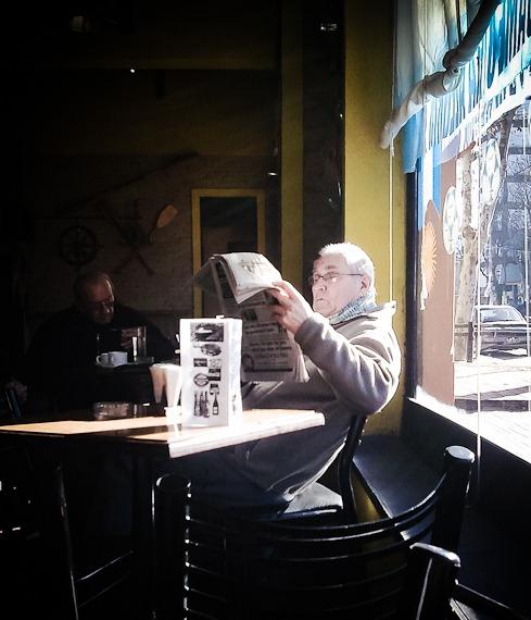 señor leyendo el diario-0243