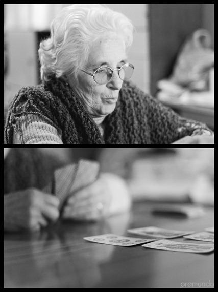 Abuela con cartas